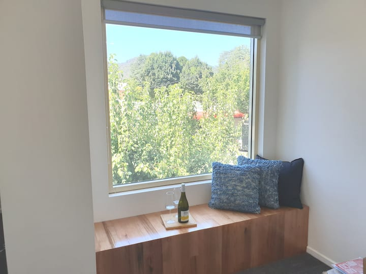Central CBD Apartment for 2 with mountain views