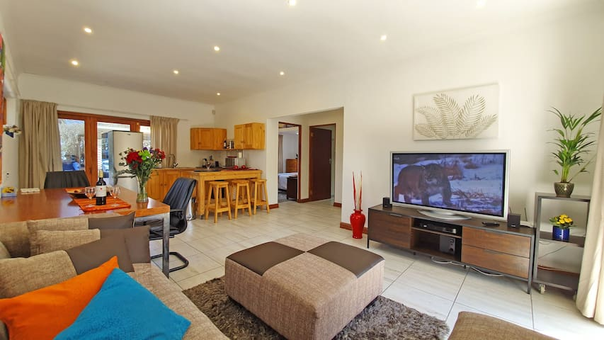 Bright spacious flat. wifi, heatedpool, nrRosebank