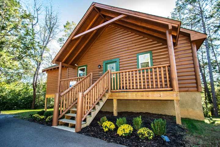 20% Cabin Fever Special thru 5/17  w/Multicade-Theater Room-WiFi-Hot Tub-Outdoor Kitchen