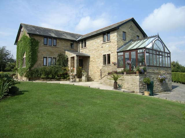 Large private family house - Addingham - Casa
