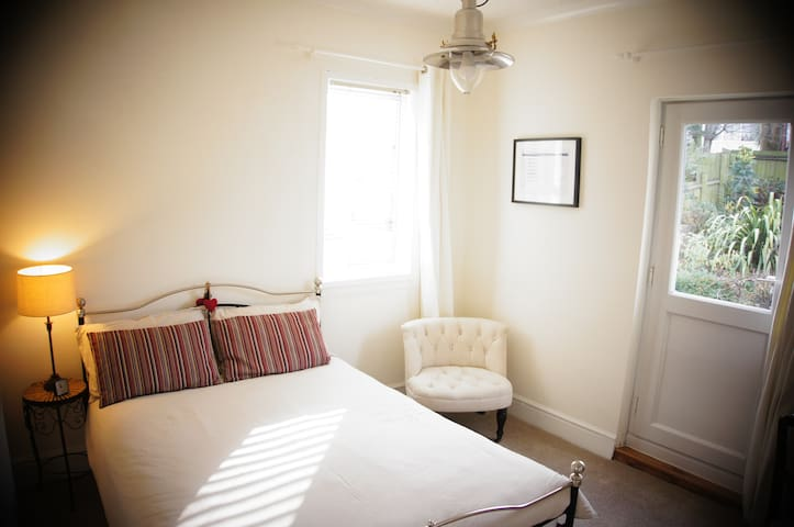 Double room, large family home, central Newport