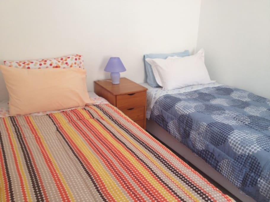 Quarto com duas camas de solteiro ou uma king size.