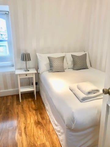 Studio with private en-suite in West Kensington-11