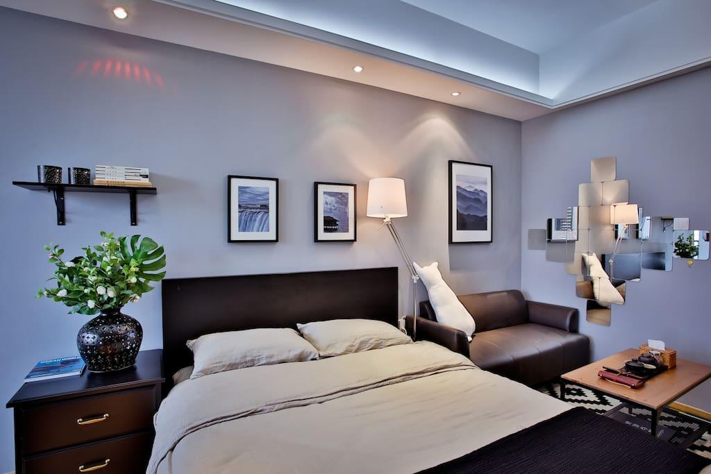 房间设有暖光和白光,台灯,满足您的不同需求~