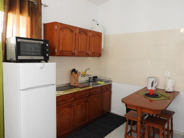 Equipped  kitchenette with breakfast bar