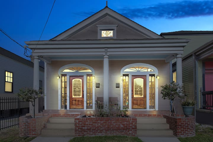Upscale Mid-City 8 Bedroom Compound With Hot Tub! - New Orleans - Rumah