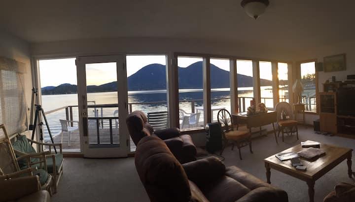 Cozy home w game room, dock, Deck & 100' beach