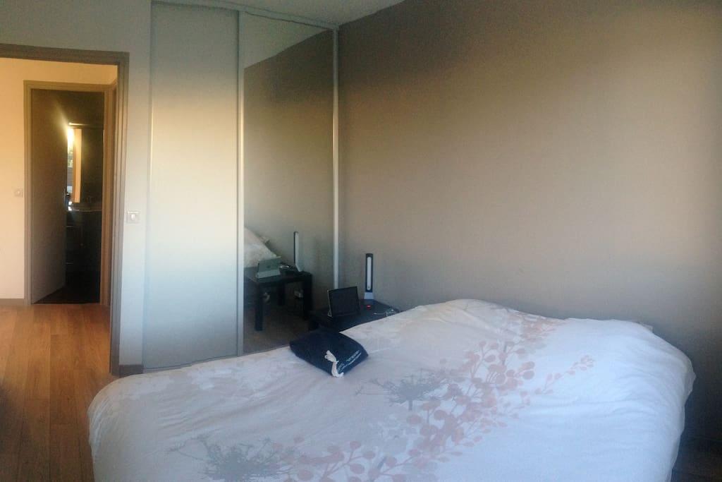 Chambre principale avec lit 2m x 1,80m