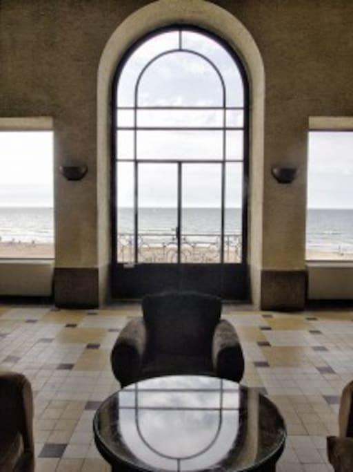 Salon.L'hôtel des Roches Noires fut inauguré le 15 juillet 1866, et fut l'un des lieux de villégiature préférés de la haute société du Second Empire et de la IIIe République. Grands bourgeois et aristocrates français côtoyaient alors sur la côte normande