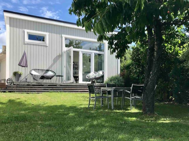 Small house in sunny, calm garden - walk to beach