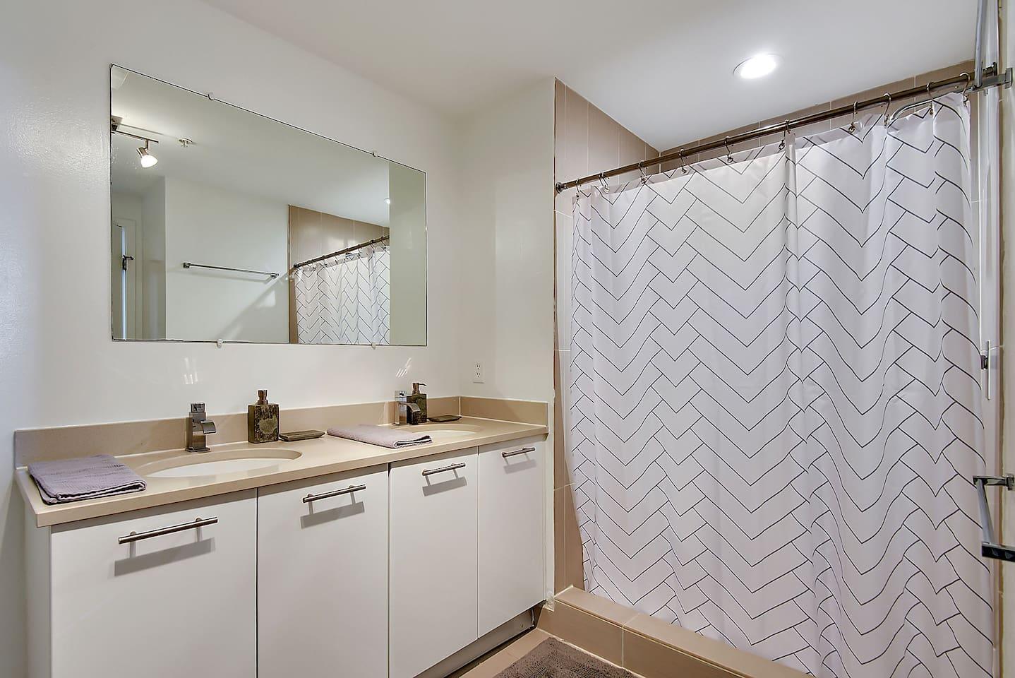 Luxury King suite, private bath in Midtown Parking