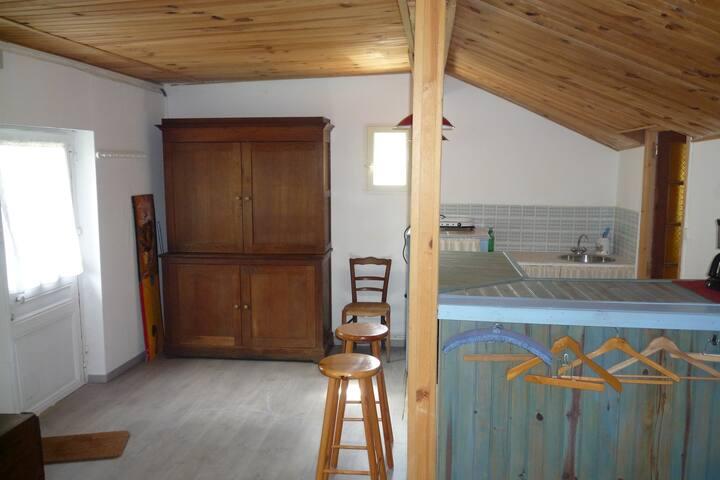Le coin cuisine et salon