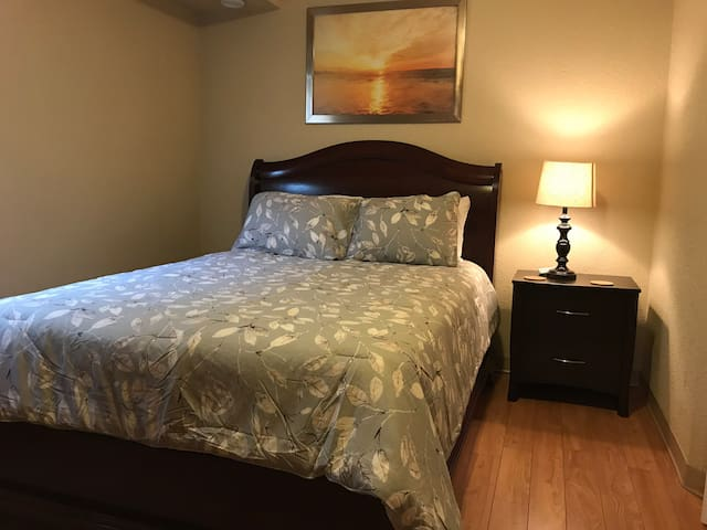 Studio apartment with Queen bed & parking downtown