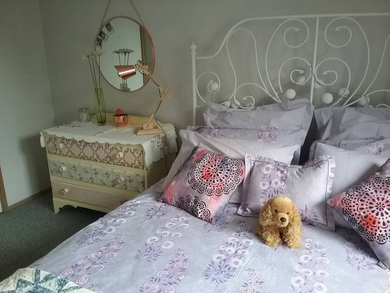 Your room is clean and comfortable. The bed has a new mattress and high quality bed linen. Toiletries and towels are provided.