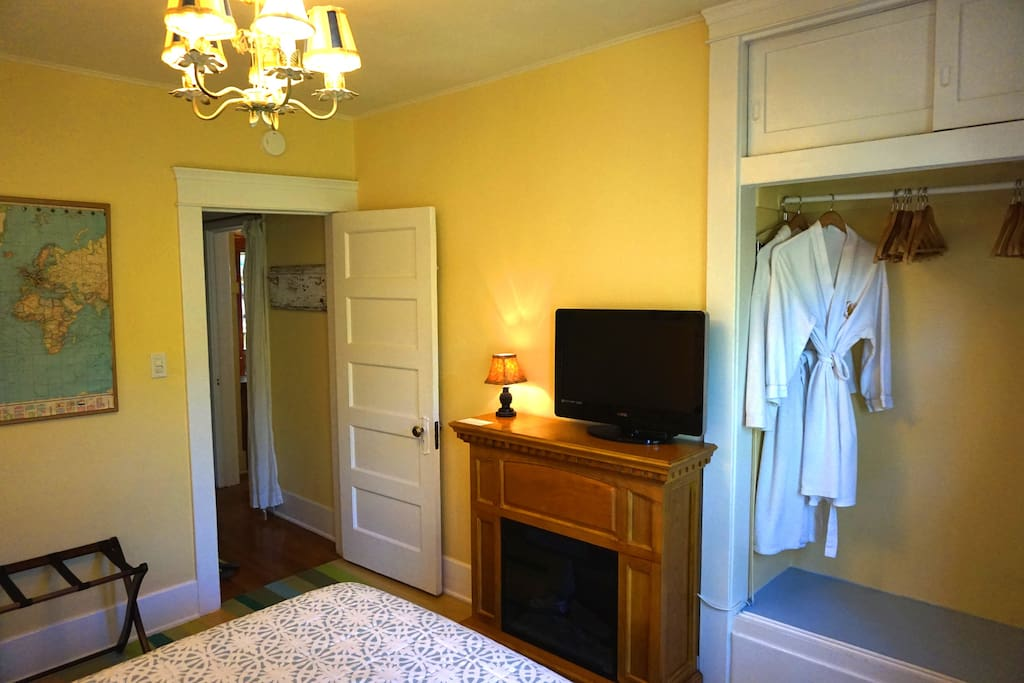 """the room is lovely, comfy bed, beautiful sheets and furnishings""  Ruth  *****"