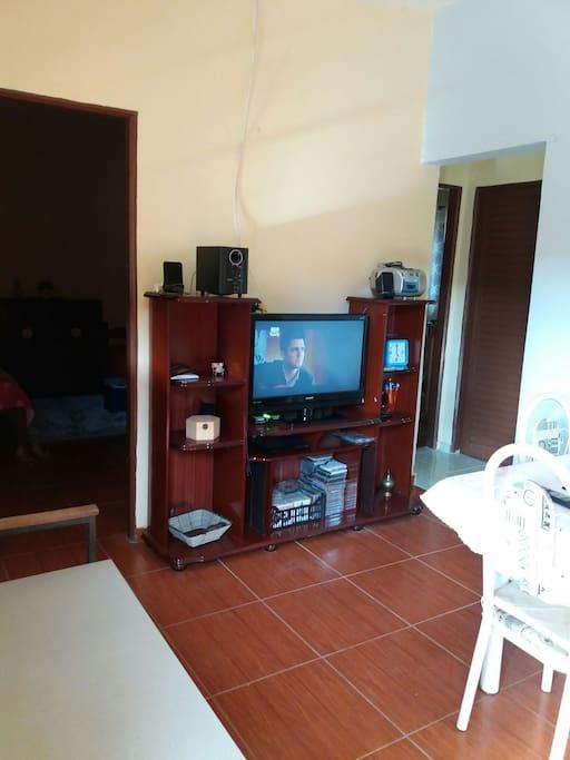 sala de uso comum  com TV  a cabo