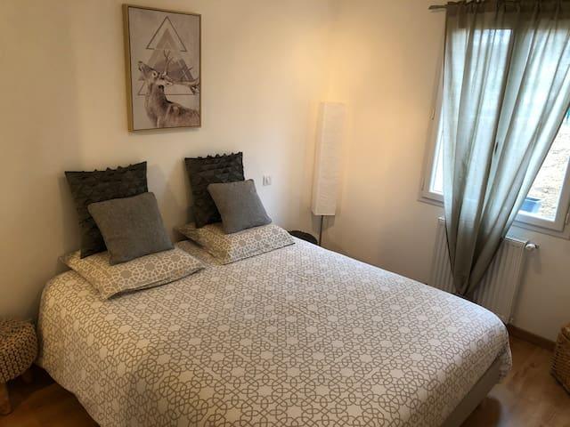 Une jolie chambre au calme à la campagne dans une maison où vous sentirez bien. Décoration aux douces notes scandinaves  De la place et des cintres seront disponibles dans la penderie afin de pouvoir y ranger vos effets.