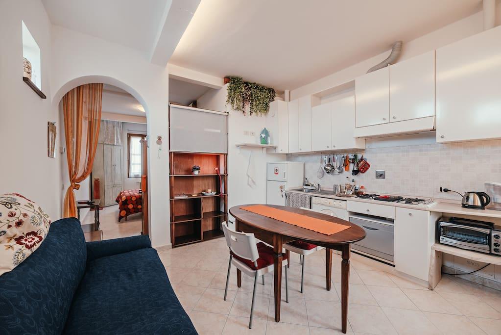 Cucina, soggiorno con divano-letto a 2 posti