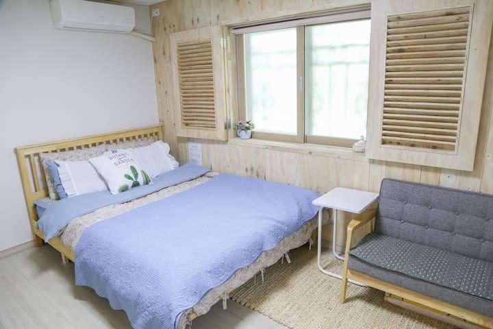 세번째 방 (Connection flat) The third room(Queen size bed and mini sofa) 퀸사이즈 침대와 요세트, 작은 거실겸 부엌, 화장실 Queen size bed & Korean style matress on the floor. a small Living room and bathroom