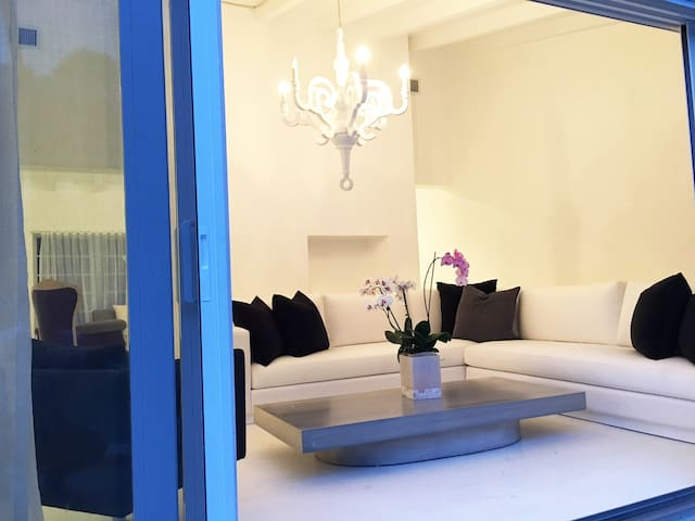 A stunning white retreat well furnished! - Miami - House