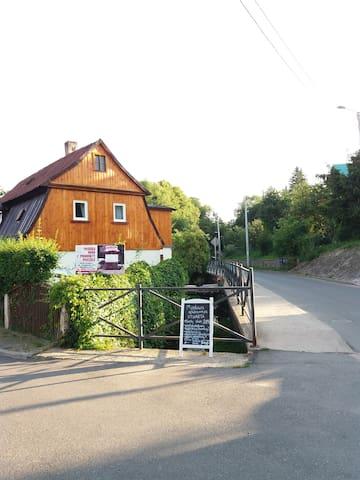 Ładny dom w Wambierzycach. Sprzedaż lokalnego miodu.