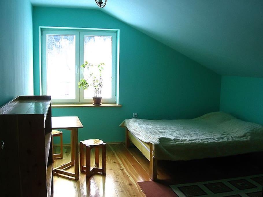 Pokój na piętrze, przy schodach. Dla 3 osób, bez łazienki.