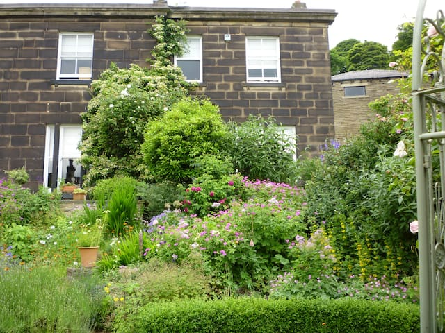 Lovely, double room in Huddersfield - Huddersfield - House