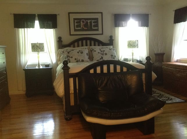 H.A.  Master Suite With Full Bath - East Hampton - Bed & Breakfast