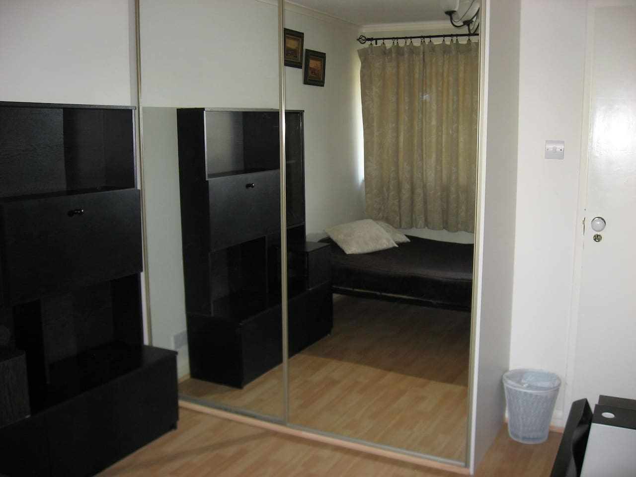 Private Double room with build in wardrobe/mirror