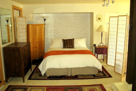 Updated, Affordable Downtown Truckee Studio! - Truckee - Apartment