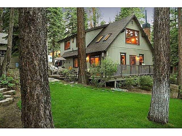 Ideal Tahoe Cabin Charm w/ Hot Tub - Carnelian Bay - House