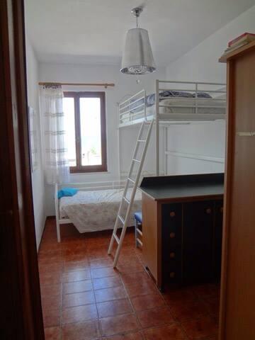 De tweede slaapkamer met twee eenpersoons bedden, waarvan één hoogslaper