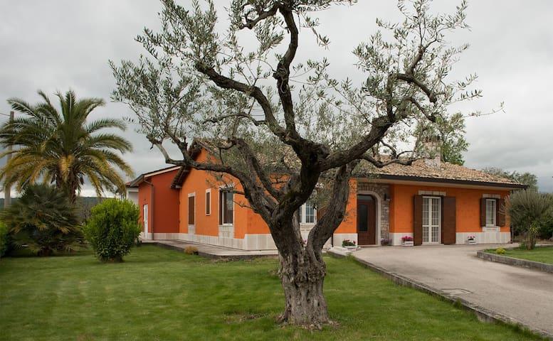 """B&B """"Al Chiaro di Luna"""" - Paternopoli - 家庭式旅館"""