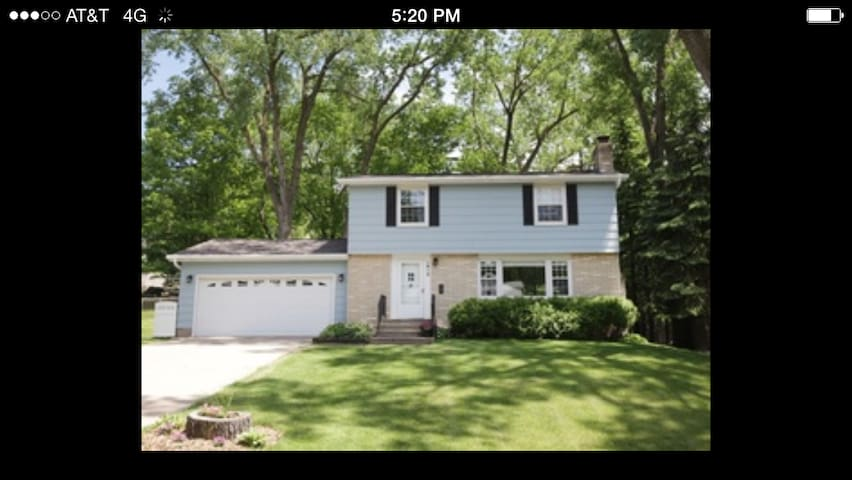 Beautiful House near Both Downtowns and Lakes! - Roseville - Ev