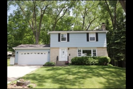 Beautiful House near Both Downtowns and Lakes! - Roseville - House