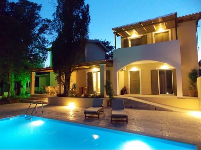 Villa Haris: Luxury Villa With Pool - Agios Prokopios - Huvila