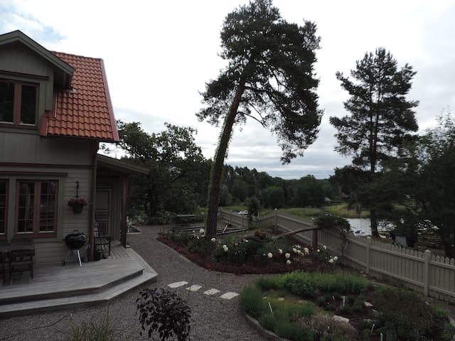Villa på sjötomt med egen brygga - Gustavsberg - House