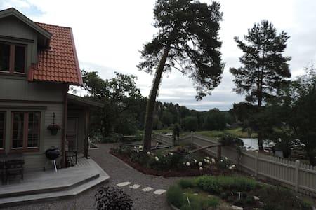 Villa på sjötomt med egen brygga - Gustavsberg - Dom