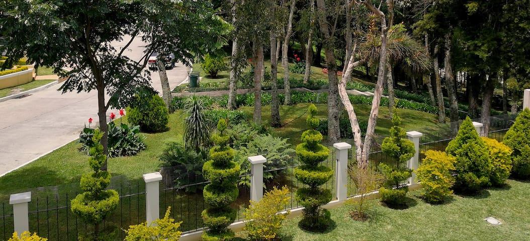 Habitación privada en casa rodeada de jardines