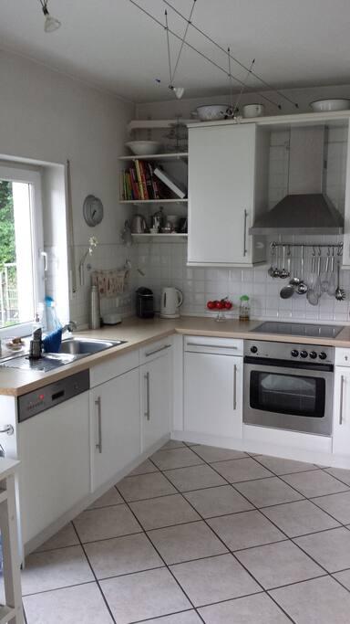 Die helle Küche könnt ihr ebenfalls mitbenutzen sowie Kühlschrank/ Kühltruhe.