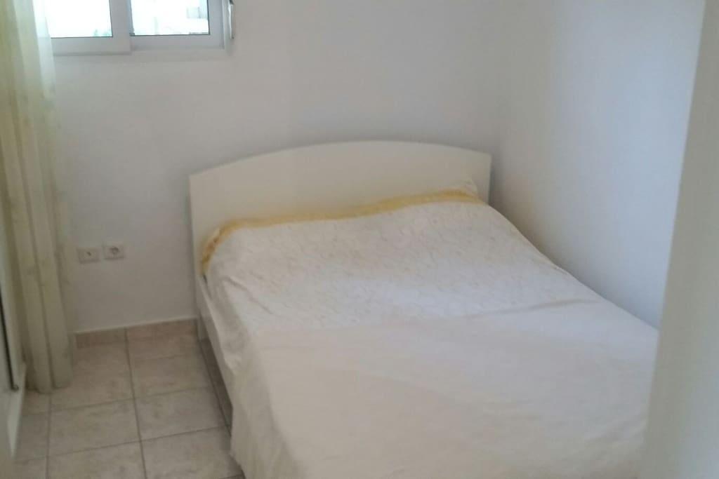 Κρεβατοκαμαρα με ένα διπλό κρεβάτι bedroom with a double bed