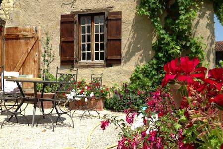 Restored Farmhouse  Inspiring View! - Cizos - Huis