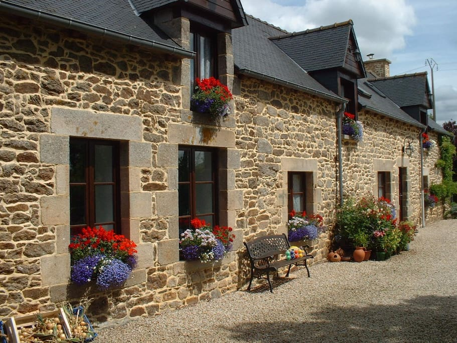 Site tranquille et fleuri ; quiet & pretty setting ; entorno tranquilo y hermoso