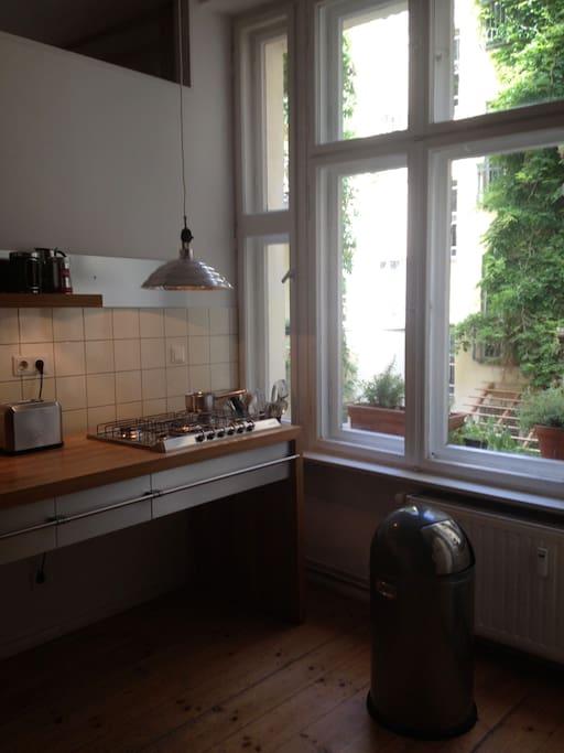 Küchentresen und Fenster mit Blick in günen Innenhof