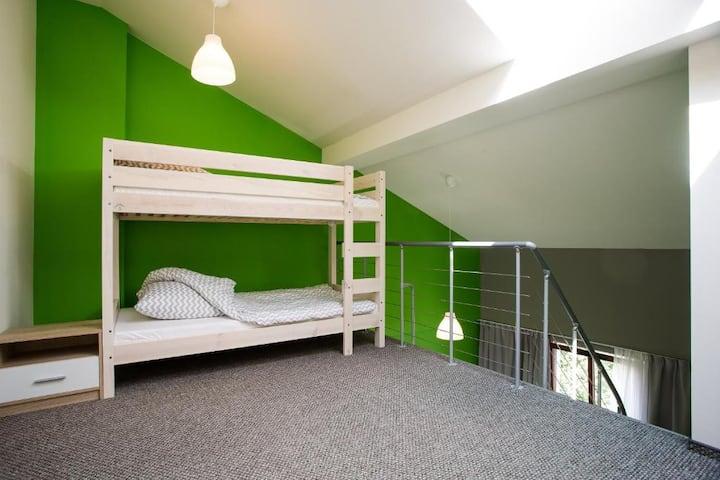 Pokój 9-osobowy z prywatną łazienką Moon Hostel