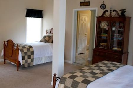 Bear Creek Saloon Guesthouse - Bed & Breakfast