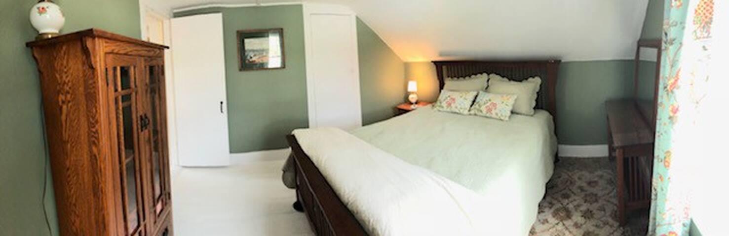Qn bedroom