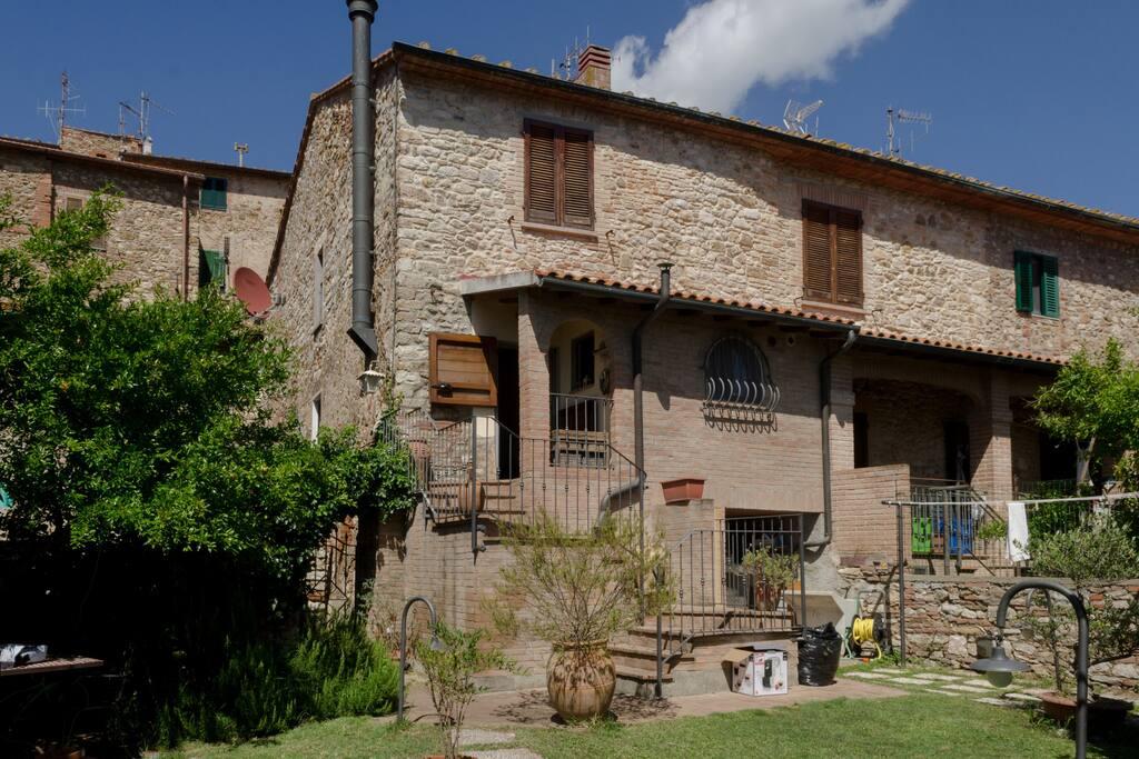 Casa privata con giardino pensile case in affitto a for Case livorno con giardino