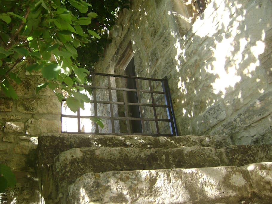 escalier en pierre menant à la terrasse