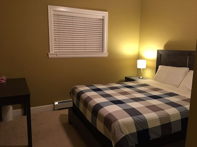 Nice Bedroom for stay in Surry near Guildford mall